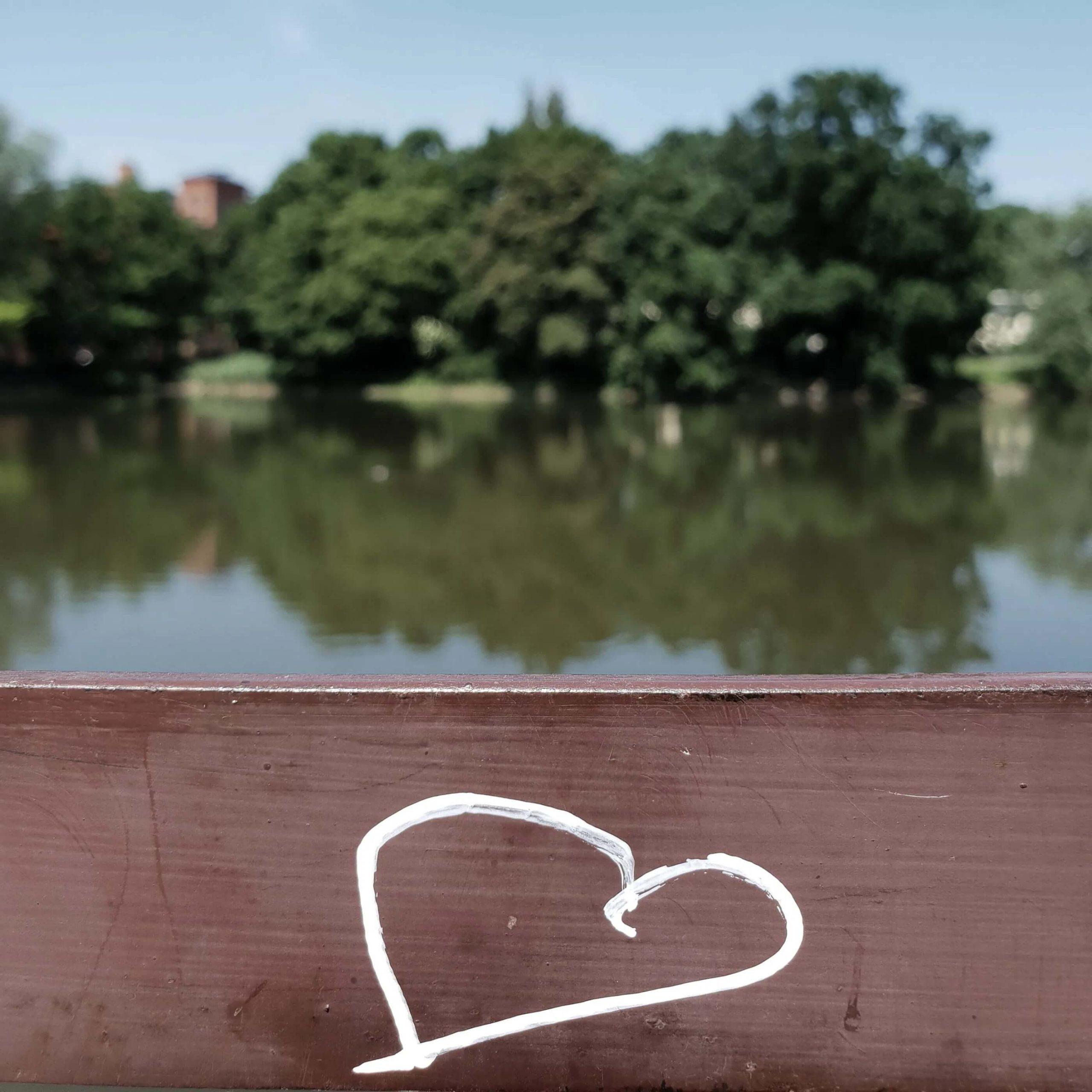 narysowane serce na drewnie