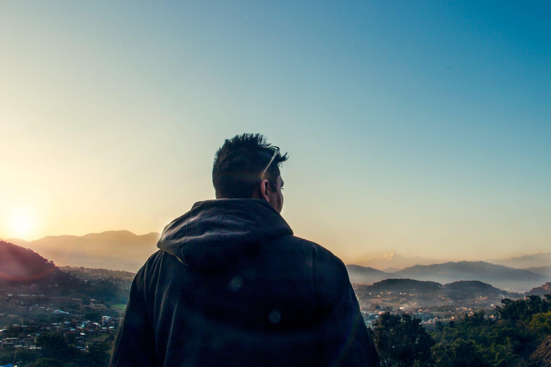 zachód słońca, mężczyzna zamyślony